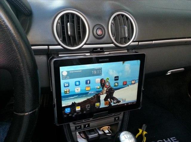 tableta-in-autoturism